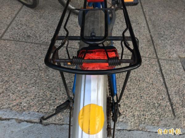 彰化縣萬興國小原本是幫學生通勤單車貼上反光紙,如今有了閃光LED燈,讓上下學更安全。(萬興國小提供)