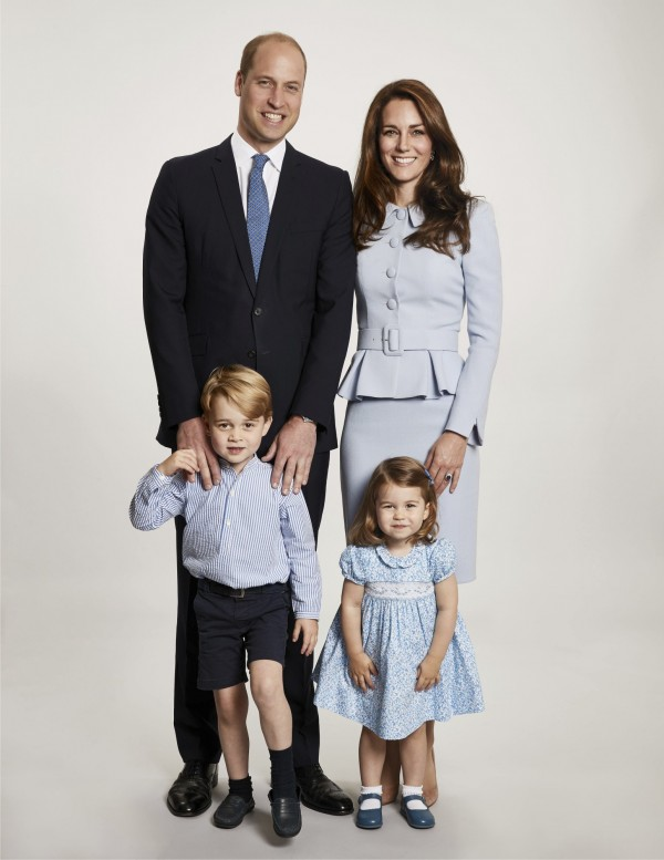 英國肯辛頓宮今(18)日公布了威廉、凱特一家4口的最新合照,將用於他們發送的官方耶誕賀卡。(美聯社)