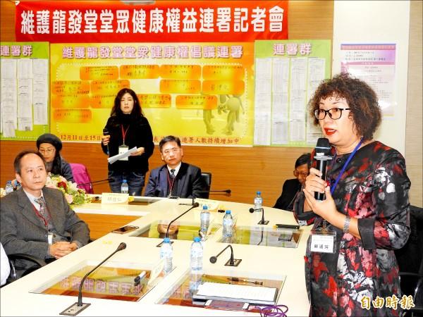 高雄市衛生局心衛中心主任蘇淑芳(右一)說明她目睹龍發堂堂眾遭受到不人道對待。(記者方志賢攝)