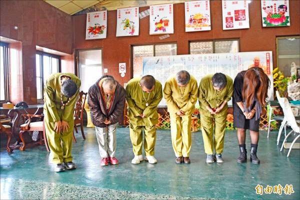 高雄路竹龍發堂對於堂眾發生群聚疫情鞠躬道歉。(記者蘇福男攝)
