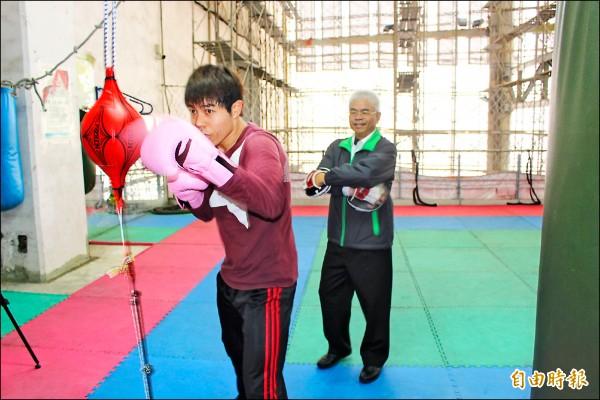 曾是拳擊國手的詹慶雲(右),投入雲林縣拳擊推廣及選手培訓工作。 (記者黃淑莉攝)