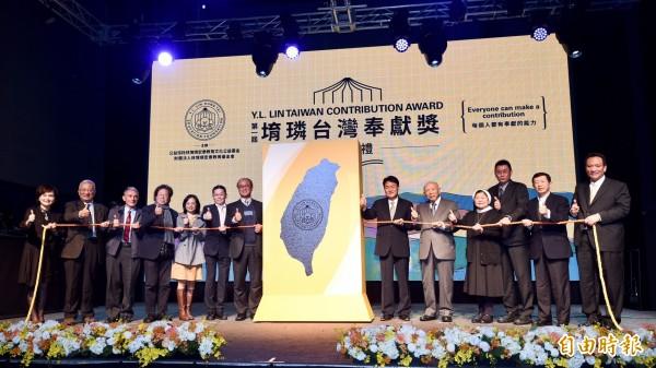 得獎者劉民和(右六)和與會者進行「聚彩米儀式」,象徵每個人都有奉獻的能力。(記者羅沛德攝)
