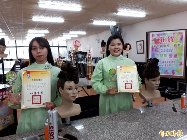 新竹市世界高中學生黃郁泙(右)與彭琦君(左)獲全國技藝競賽美髮職組優勝,表現優異。(記者洪美秀攝)