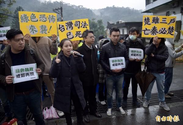 新黨青年軍成員王炳忠等人被帶回新店國安站調查,新黨成員拿到「綠色恐怖來襲」等標語,在場外抗議。(記者黃耀徵攝)