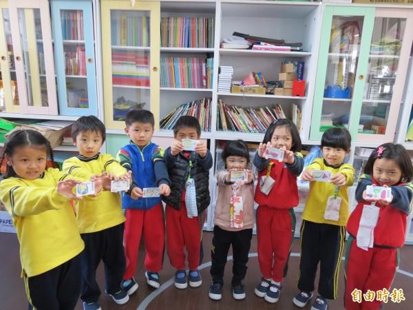 大忠國小附設幼兒園借書改用刷卡片,讓小朋友借書更方便,更願意借書來看(記者蘇金鳳攝)