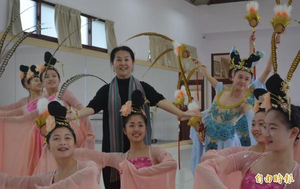 青年高中舞蹈暨影視科主任洪淑玲(中),長期投入舞蹈教學與推廣,培育無數優秀的舞蹈人才。(記者陳建志攝)