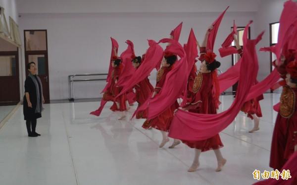 青年高中舞蹈暨影視科主任洪淑玲(左),長期投入舞蹈教學,近年更認真以舞蹈呈現台灣的歷史與文化。(記者陳建志攝)