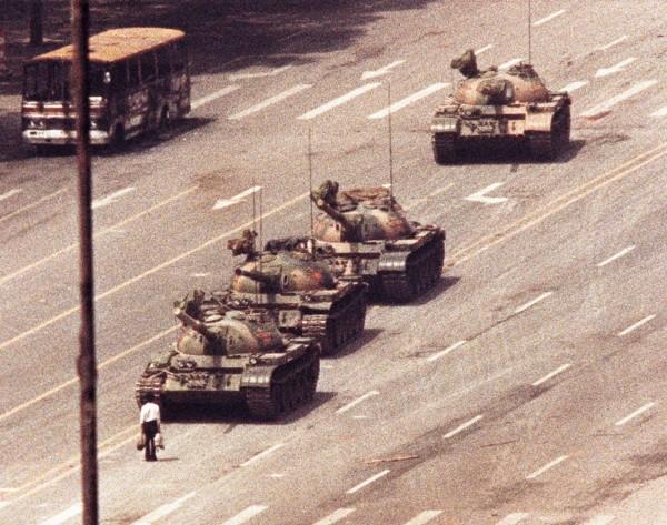 英國國家檔案館解密檔案,揭露中國國務院評估1989年6月4日天安門事件,最少有一萬人死亡。圖為六四事件時,年輕人站在坦克前阻止軍隊前進,也就是知名的「坦克人」。(路透)