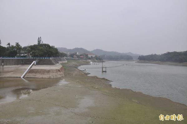 水情告急!苗栗縣明德水庫目前蓄水率僅有22%,已達15年來最枯旱程度。(記者彭健禮攝)