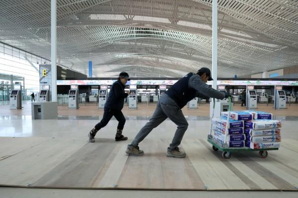 南韓最低工資將在明年大漲16%,韓國政府決定補貼中小企業約3兆韓元(約新台幣825億9100萬元)。(彭博)