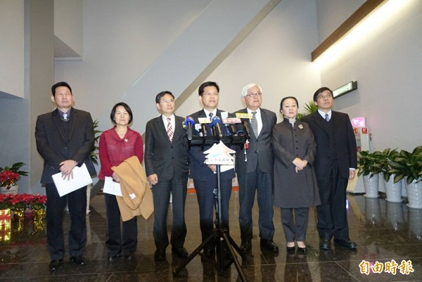 中台灣7縣市正副首長晚上開空品會,共同發出聲明,向中央喊話。(記者廖耀東攝)
