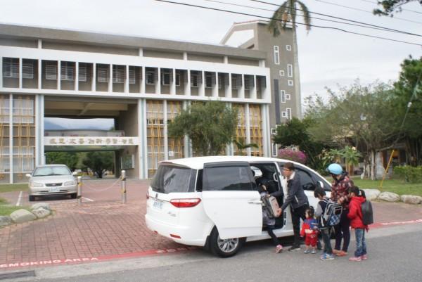 關山服務處每週三辦理小學堂方案,透過守護偏鄉專車接送孩子參與。(記者王秀亭翻攝)