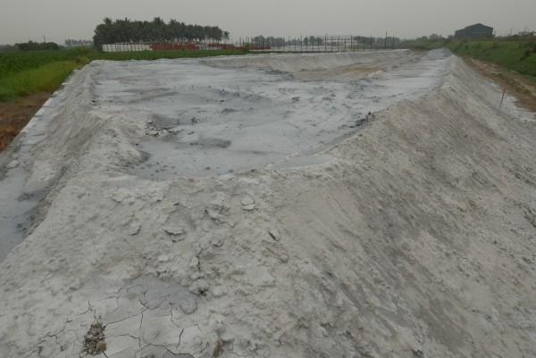 曾文溪善化河段河堤內滯洪區,遭回填大量事業廢棄物,面積有1、2公頃大。(台南社大提供)