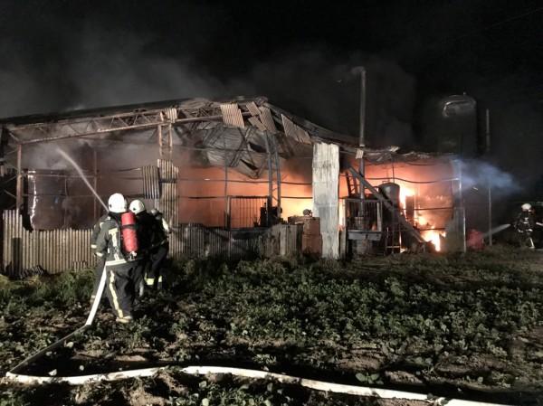 嘉義縣六腳鄉一間炸豬油工廠發生火警。(記者林宜樟翻攝)