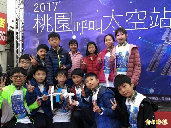 西門國小學童受邀與太空人對話,還帶了自己以3D列印的太空站模型。(記者陳昀攝)