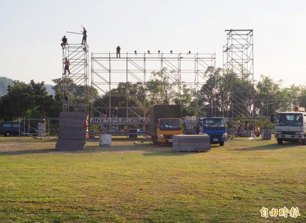 紙風車劇團明天演出,今天趕搭大型舞台。(記者陳鳳麗攝)