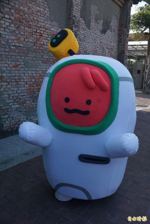 高雄輕軌吉祥物現身,民眾笑稱:是西瓜吧?(記者黃佳琳攝)