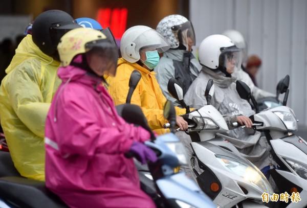 機車族要忍受日曬雨淋,交通部建議150cc以下恢復使用牌照稅,估計全國超過1300萬輛機車受影響。(資料照,記者簡榮豐攝)