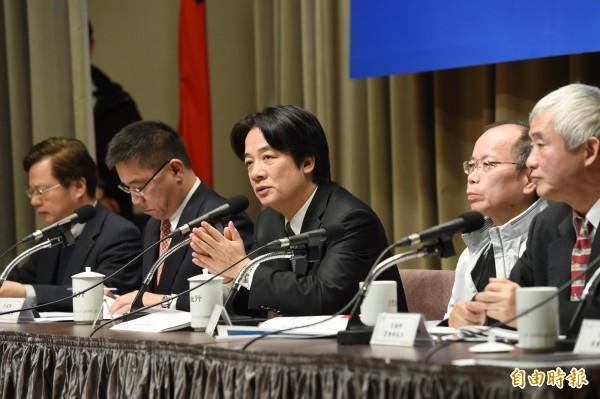 行政院21日舉行記者會,院長賴清德率相關部會首長說明空污防制行動方案。(記者方賓照攝)