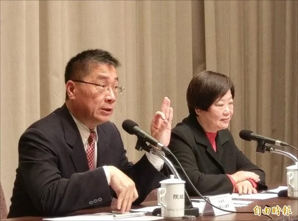 行政院昨舉行記者會,發言人徐國勇、勞動部長林美珠說明勞基法修法。(記者方賓照攝)