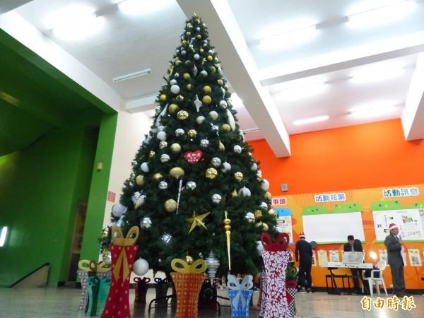 聖誕節前夕,明新科大校內5米高耶誕樹亮燈,掛滿璀璨、高品質的耶誕飾品。(記者廖雪茹攝)