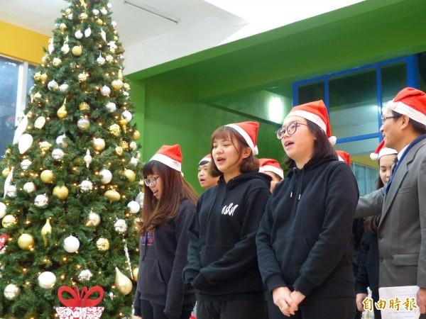 明新科大誕耶樹點燈活動,學生在華麗耶誕樹下一起唱耶誕歌曲。(記者廖雪茹攝)