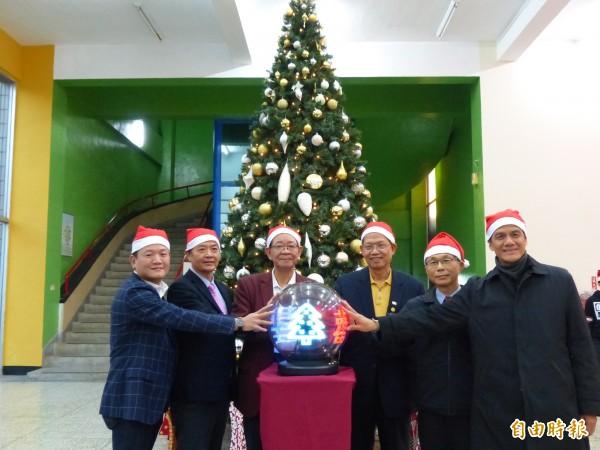 耶誕節前,明新科大在校友、聯瑩工藝總經理張珈源(左一)的捐贈下,特別舉辦耶誕樹點燈祈福活動。(記者廖雪茹攝)