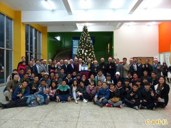 明新科大在耶誕節前夕,校友贊助的高大耶誕樹,在校園裡點亮,讓來國際學生也能感受耶誕氣氛。(記者廖雪茹攝)