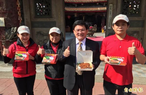 彰化市長邱建富(右二)與正忠排骨飯業者,呼籲民眾踴躍來南瑤宮領取免費便當。(記者湯世名攝)