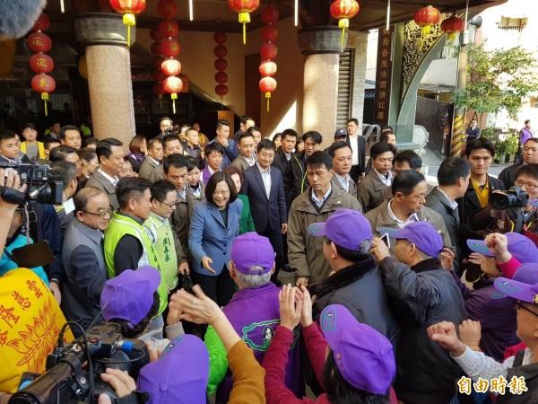 蔡英文下午前往基隆慈雲寺參拜與贈匾,結束後受到小英之友會志工們熱烈歡迎。(記者俞肇福攝)