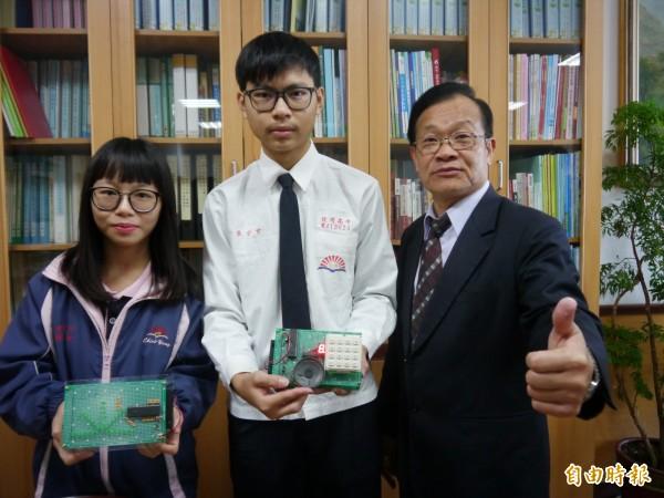 致用高中電子科學生張宗玄(中)與顏亦漣(左)參加全國電腦輔助電路板設計競賽獲獎。(記者張軒哲攝)