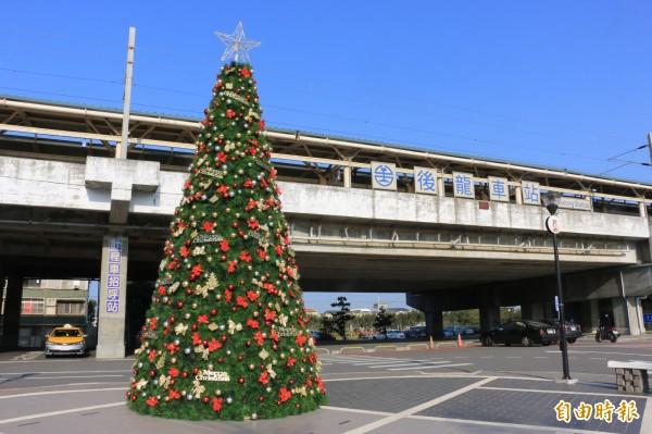 後龍鎮公所在後龍火車站前廣場架設一座7公尺高耶誕樹,成為鎮上熱門拍照打卡景點。(記者鄭名翔攝)