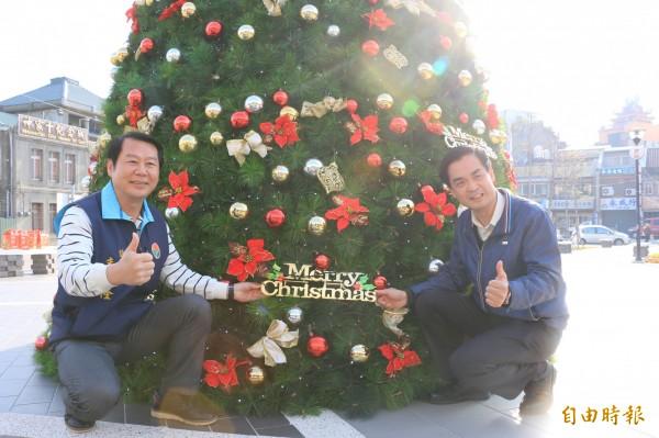 後龍鎮長朱秋隆(左)與主任秘書林澄清(右)祝福鎮民耶誕及新年快樂。(記者鄭名翔攝)