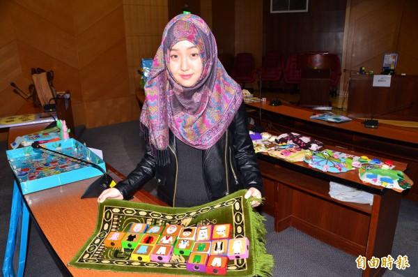 馬芸透過教玩具的設計,帶領大家瞭解穆斯林文化。(記者吳俊鋒攝)