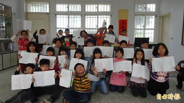 麥寮興華國小全校學生天天寫日記,校長王瓊慈也天天批閱。(記者黃淑莉攝)