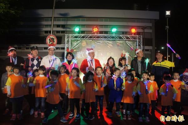 各界貴賓一同完成點燈儀式,帶動耶誕熱鬧氣氛。(記者劉禹慶攝)