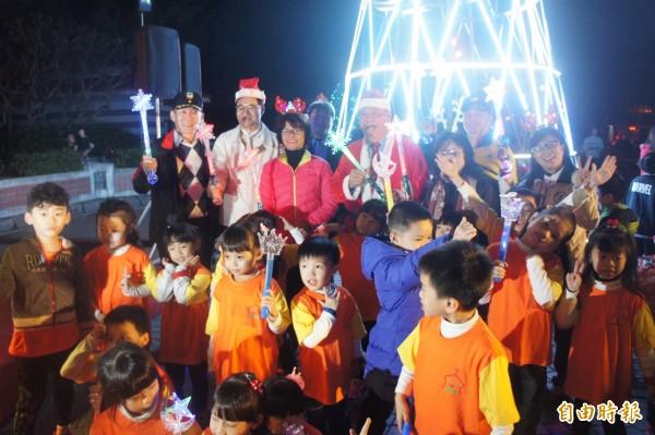 點燈儀式後,小朋友們與貴賓一同在耶誕樹前合影。(記者劉禹慶攝)