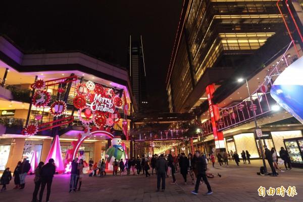 台北信義商圈內的新光三越A11館,外牆裝上了巨大的紅色齒輪,趣味感十足!(記者陳宇睿攝)