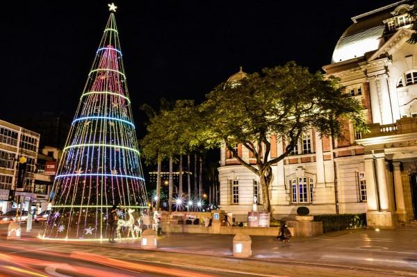台南台灣文學館前高15公尺的光雕樹取名為「有溫度的耶誕樹」,不只吸睛,還會響起耶誕音樂,十分特別。(台南市政府觀光旅遊局提供)