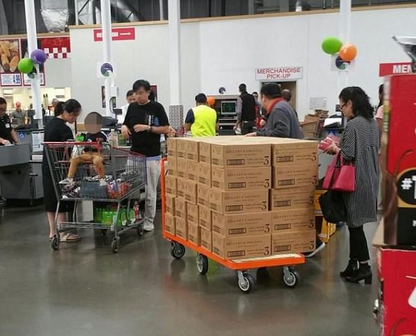 澳洲有民眾直擊,有名中國大媽單次購買100多罐的嬰兒奶粉。(圖擷取自《每日郵報》報導專頁)
