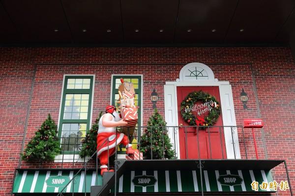 來到台中的勤美天地聖誕村,可以和耶誕老人造景合照留念喔!(記者李惠洲攝)