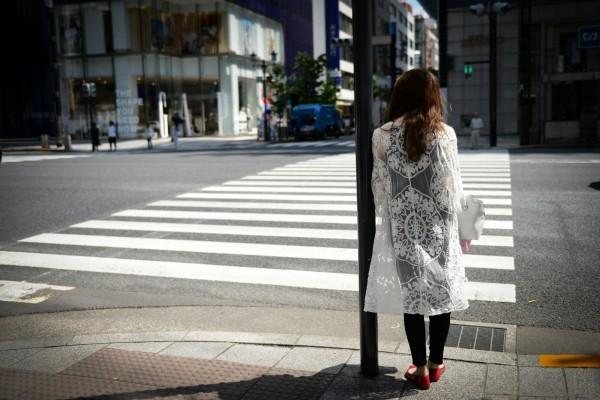 受少子化影響,現年20至30歲的日本年輕女性數目減少,是新生兒人數持續減少的主因。圖為日本東京銀座街景。(彭博)