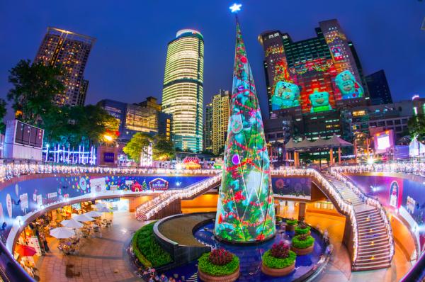 2017新北市歡樂耶誕城的3D光雕投影樹相當吸睛,是現場一大亮點。(新北市政府觀光旅遊局提供)
