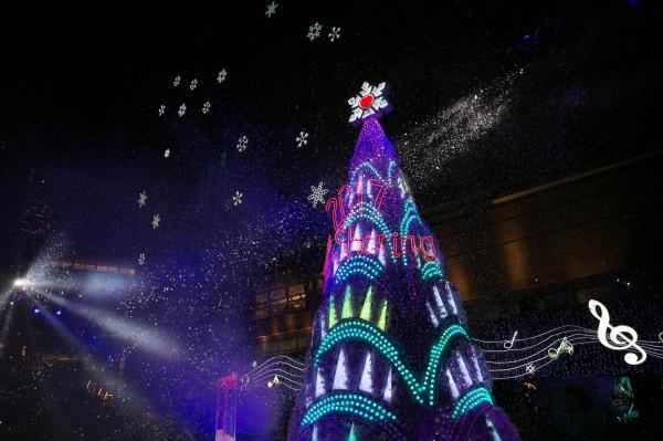 高雄夢時代購物中心廣場布置得時尚又華麗,矗立著結合LED光點與動畫技術的璀璨耶誕樹,以紐約摩天大樓的元素為發想,勾勒出全新的樹體外觀。每日18:00~21:00於整點播放燈光秀。(高雄夢時代購物中心提供)