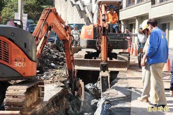日前壯觀里樂利二街又先後有3處自來水管線漏水,今天進行汰管作業。(記者林欣漢攝)