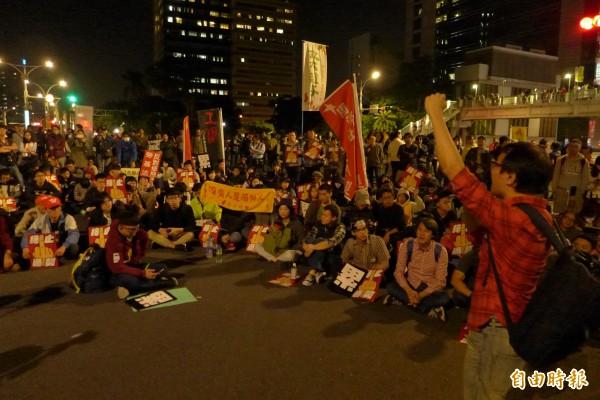 「反勞基法修法」大遊行宣告結束,但數百民眾不願散去,在馬路上席地而坐,持續要求政府回應訴求。(記者李雅雯攝)
