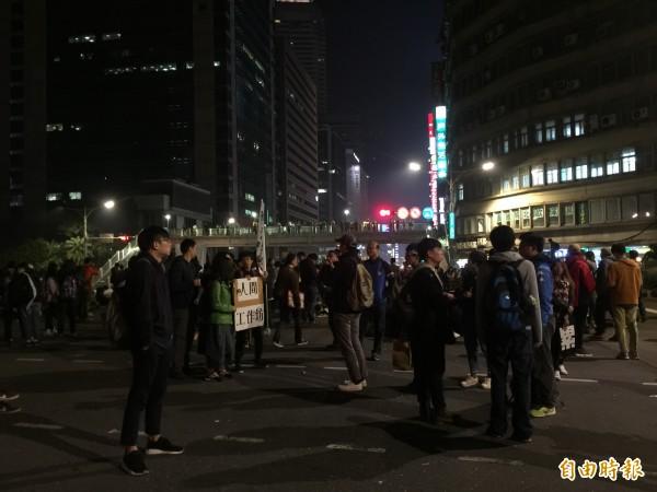 台北市忠孝東西及中山南北路口,目前仍遭陳抗民眾霸佔不走,人車無法通行。(記者陳恩惠攝)