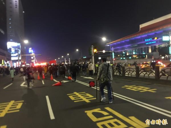 大批民眾突然轉移陣地,先往忠孝西路、公園路口霸路坐下。(記者陳恩惠攝)