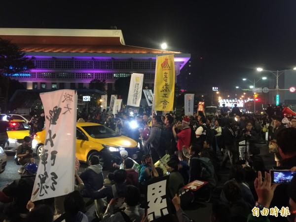 民眾在忠孝西路和公園路囗坐下抗議,沒多久之後又轉移陣地,向西門町方向移動。(記者陳恩惠攝)