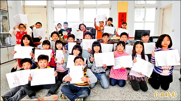 全校學童每天寫日記,校長王瓊慈天天批閱與孩子交心。(記者黃淑莉攝)